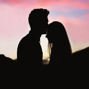 Man kissing her DP